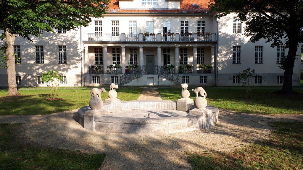 Der Brunnen auf dem Grünhof der Landhausgruppe im Ludwig Hofmann Quartier Berlin-Buch mit den rekonstruierten Tierskulpturen